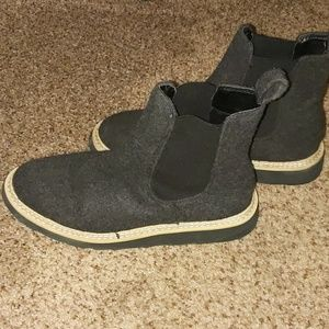 Universal thread faux wool boots